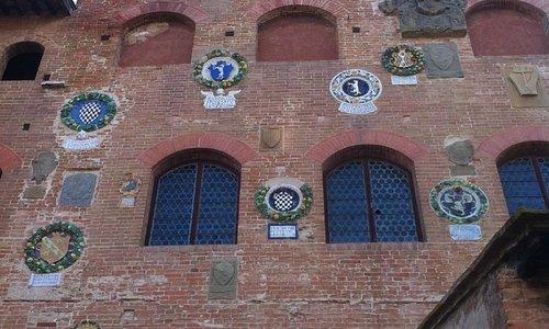 Particolare della facciata del Palazzo Pretorio a Certaldo