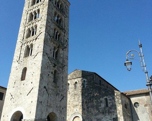 Il campanile è di fronte alla facciata