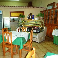 Wine selection and kitchen in Restaurante Hermano Pedro
