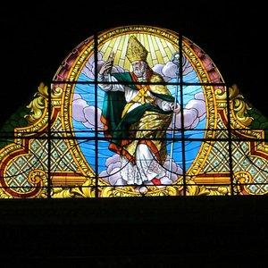 Vetrata con l'immagine di San Nicolò