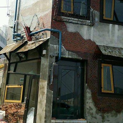 階段を上りきると現れるアートっぽい建物