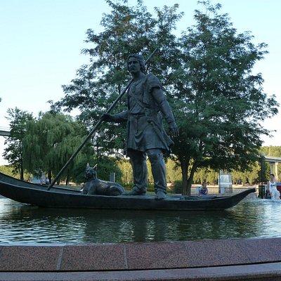 Символ Гомеля - охотник на лодке и рысь