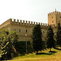 Castello della Rancia, vista dal prato che lo girconda