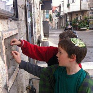 Learning about Nachlaot on a Jerusalem Scavenger Hunt