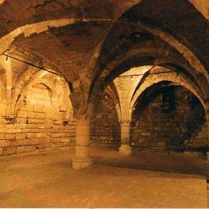 Cellier du 13eme siècle. Photo : Paris historique