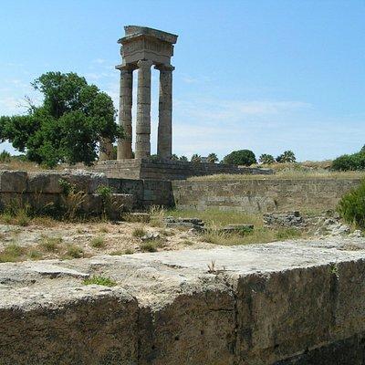 Все, что осталось от величественного Храма Аполлона, но все равно впечатляет