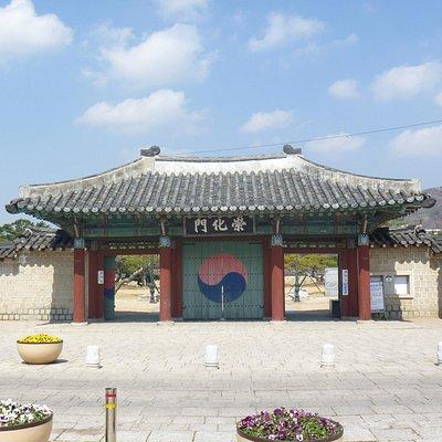 崇化門(出入口の門。右が入口、左が出口)