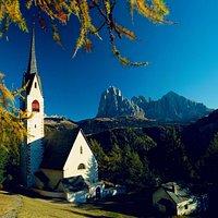 la chiesetta di San Giacomo e il Sassolungo
