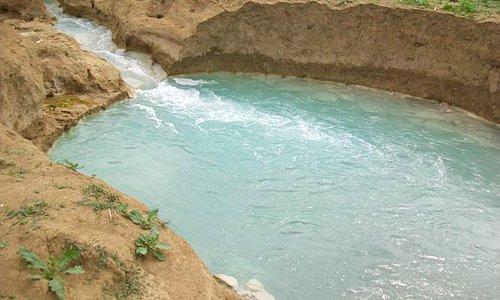 fiume di acqua delle terme di saturnia con idromassaggio naturale