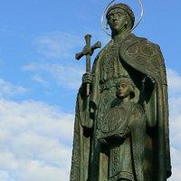 Памятник св. равноапостольной княгие Ольге (в центре города)
