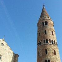 Il duomo di caorle con il suo antico campanile