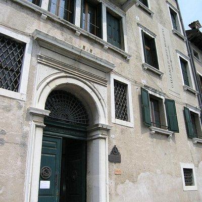 Facciata di Palazzo Cumano, ingresso della Galleria Rizzarda