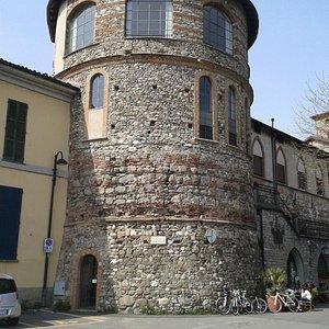 torrione del castello di Brivio sovrastante il bar