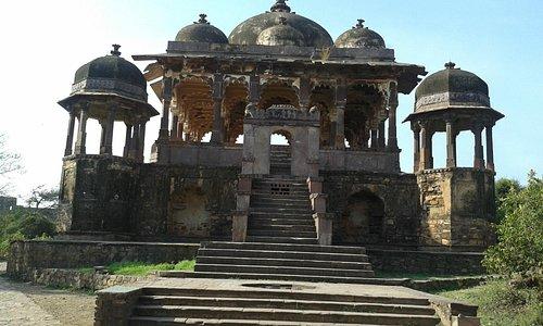 32 pillars cenotaph at Ranthambhore Fort