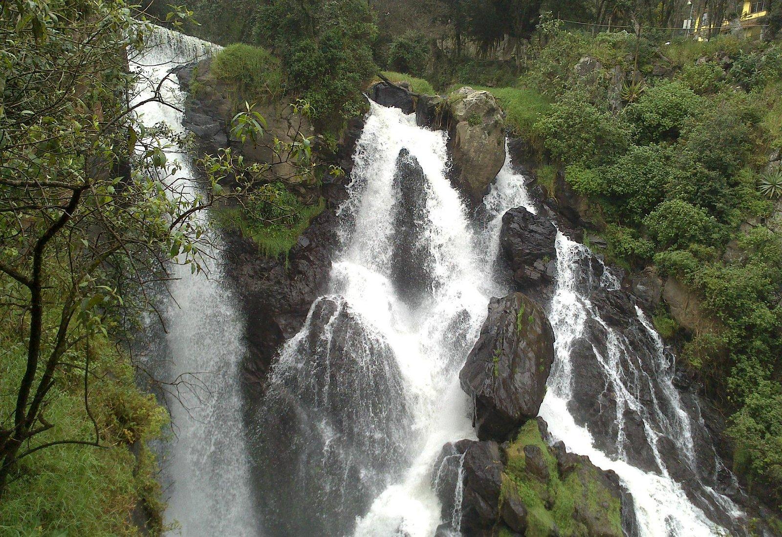 Vista de la cascada bajando la escalinata