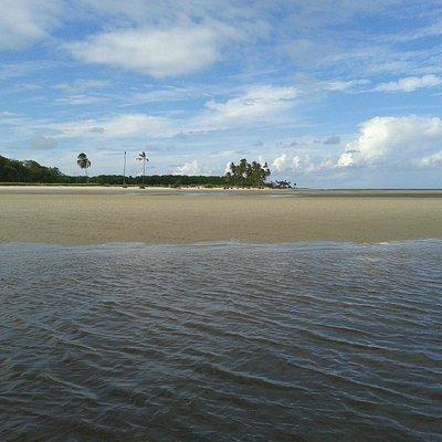A praia vista do rio