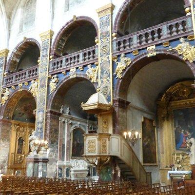 la nef, ses colonnes, ses statues et ce bleu .....