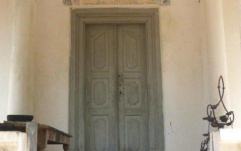"""Un gardien fidèle devant la porte du """"shrine"""""""
