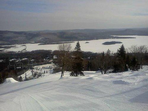 Un matin de semaine en haut de la montagne Ski La Réserve à Saint-Donat, Québec, Canada.