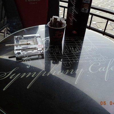 Столик на террасе на улице перед кафе
