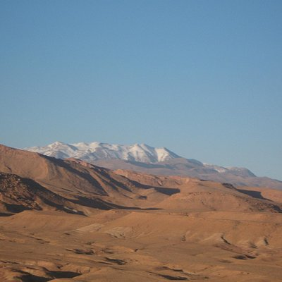 desertic views and white mountains