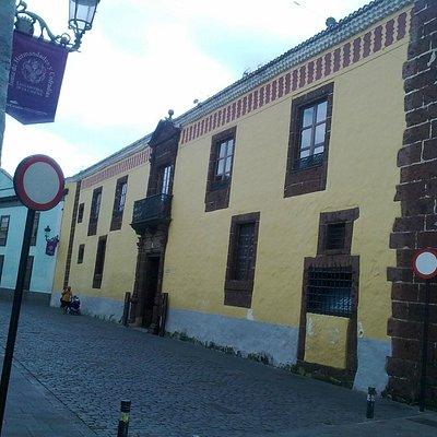 Fachada de la Casa de Los Capitanes y típica calle lagunera
