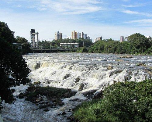 Vista do mirante e ponte a partir do rio