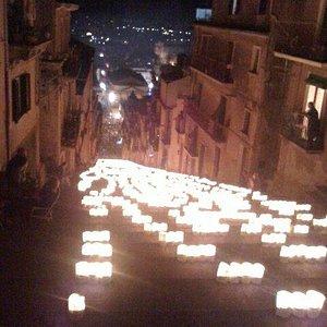 La Scala di Santa Maria del Monte illuminata, uno spettacolo suggestivo che si verifica il 24 lu