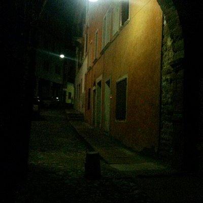 Da dentro porta Rugo verso il centro storico. Notturno.