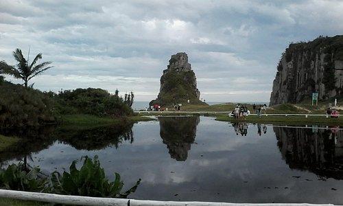 laguinho próximo a lanchonete e pedra refletida