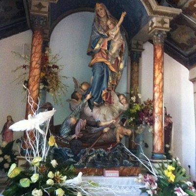 Dentro da capela