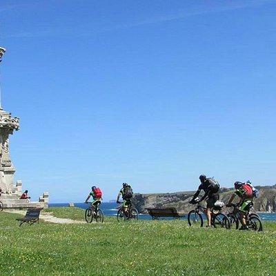 Vista del Parque Güell y Martos, mascarones de la estatua.
