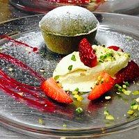 Flan al pistacchio di Bronte con gelato Alla vaniglia e fragole