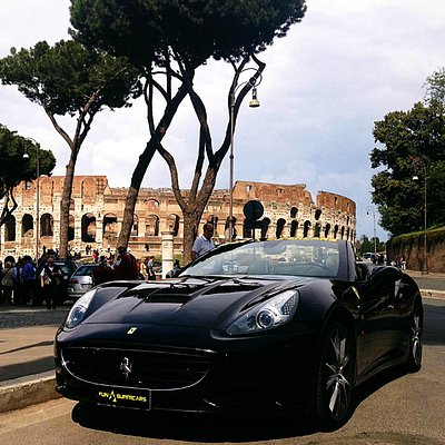 Il meraviglioso sfondo del Colosseo durante uno dei nostri tour in Ferrari a Roma.