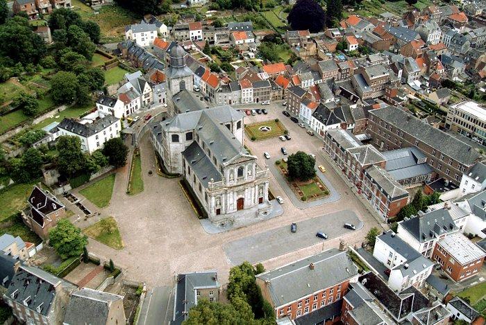 Place du Chapitre - La Collégiale Sainte Begge