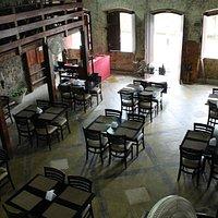 Salão do restaurante e suas paredes originais de 1732