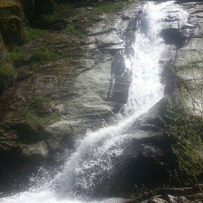 Merece la pena visitarlo el primavera, cuando baja cargado de agua.