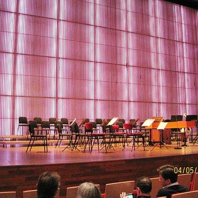 het podium van de indrukwekkende muziekzaal