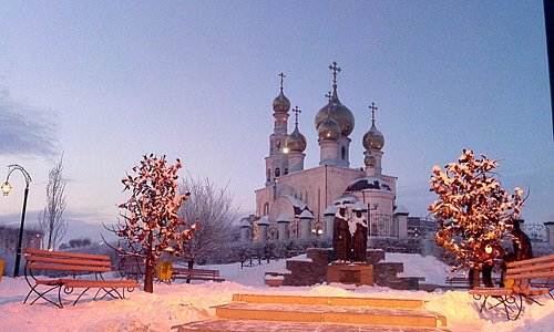 Спасо-Преображенский кафедральный собор и памятник Петру и Февронии