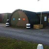 Een zicht op de originele hangars van air field Hawkinge