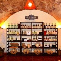 Scaffale con prodotti in esposizione nel salotto di degustazione/vendita