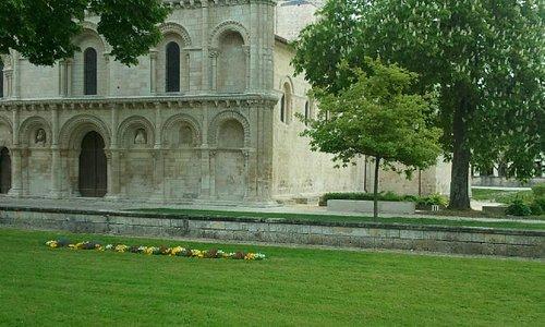 la façade de l'église Notre Dame de Surgères