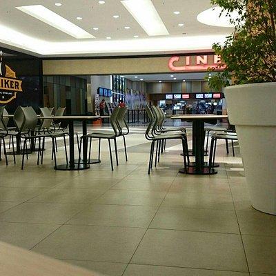 Vista da Praça de alimentação para a entrada do cinema