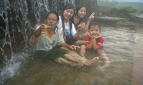 Berendam di air panas di alam terbuka