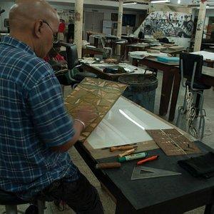 artistas haciendo sus grabados