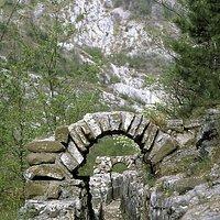 i resti dell'acquedotto romano sullo sfondo della Val Rosandra