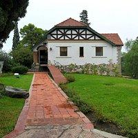 Diseñado por el Arq. Angel León Gallardo, hijo del propietario del Chalet, en 1927.