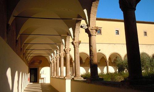 il chiostro del convento che ospita il museo