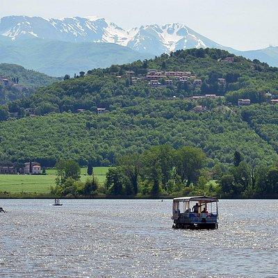 Lago di Piediluco, siro in barca con guida. Sullo sfondo il Terminillo e il paesino di Labro (si