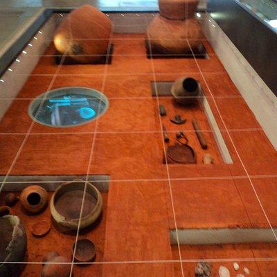 Urnas e objetos encontrados.